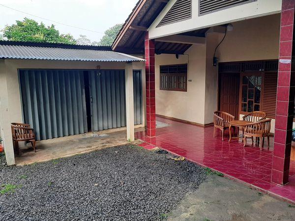 Kios usaha di teras rumah Gunung Sindur Bogor
