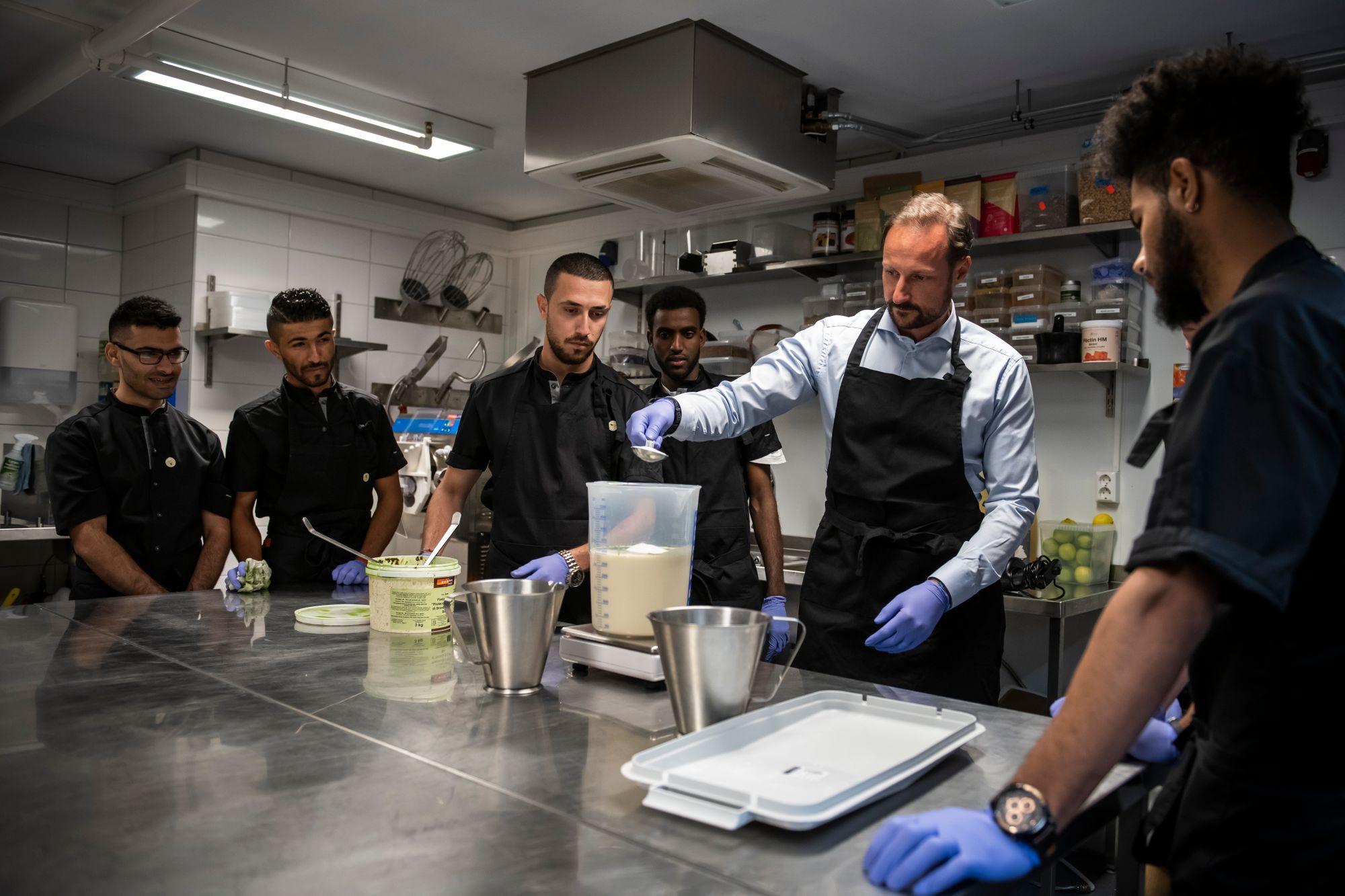 Kronprins Håkon lager sandwich sammen med Sandwich Brothers