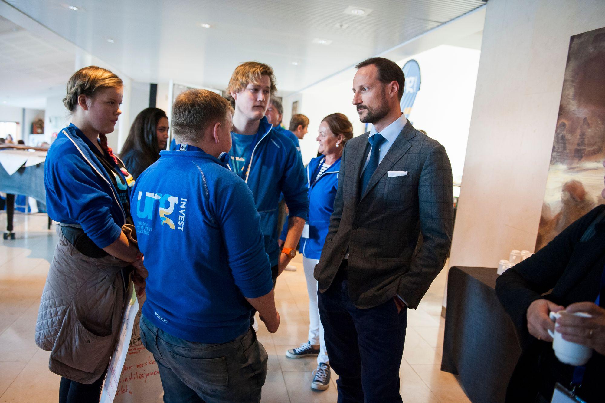 Kronprins Håkon snakker med Ung Invest