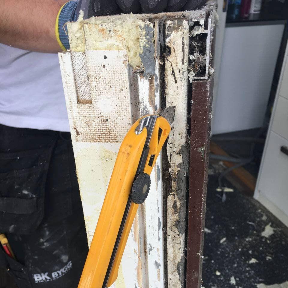 Kniv i vinduskarm avslører råttent treverk