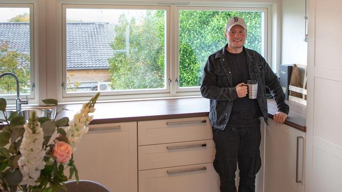 Andreas Ree står på kjøkkenet