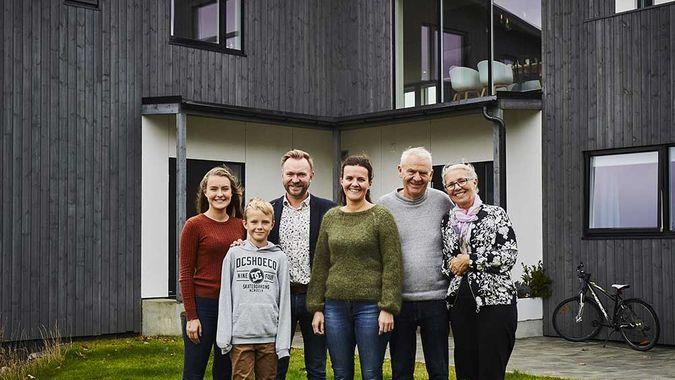 tre generasjoner foran en bolig