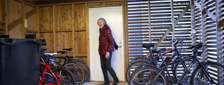 Ingebjørg Solbakken i sameiet Blåbærhagens nye sykkelskur