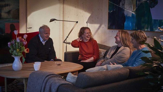 mennesker sitter i en sofa