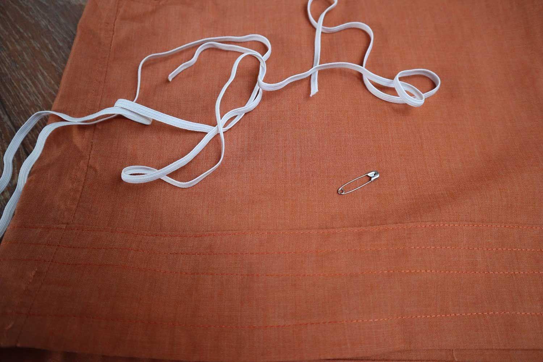 hvit strikk på oransje skjorte