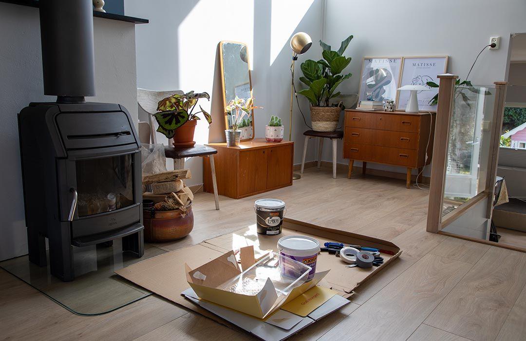 stue med peis og malingspann