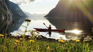 kajakkpadler på fjorden