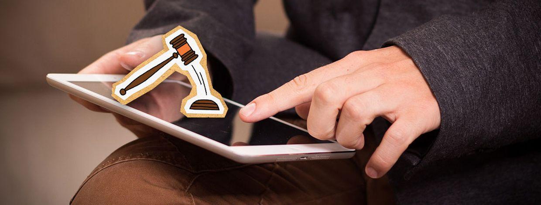 Illustrasjon av hammer på nettbrett