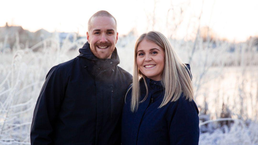 Mann og dame ute i vinterlandskap