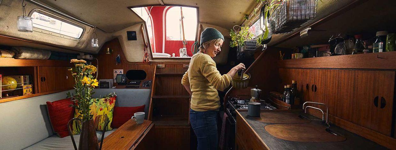 kvinne i kabinen på en båt
