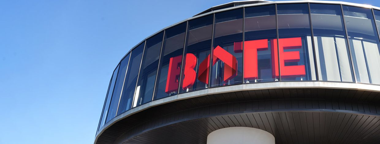 fasaden på bates hovedkontor