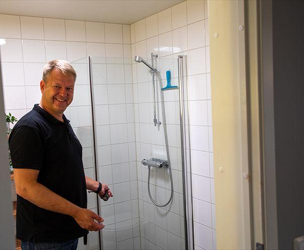 takstmann ser på dusjkabinett