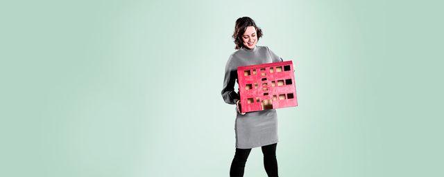 jente holder rødt papphus