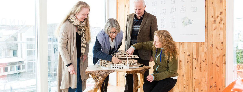 Framtidige beboere ser på modell av sitt nye hjem