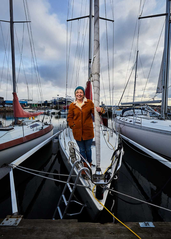 kvinne i baugen på en seilbåt