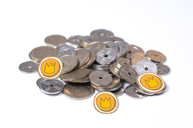 Kronestykker i papp på haug med norske mynter