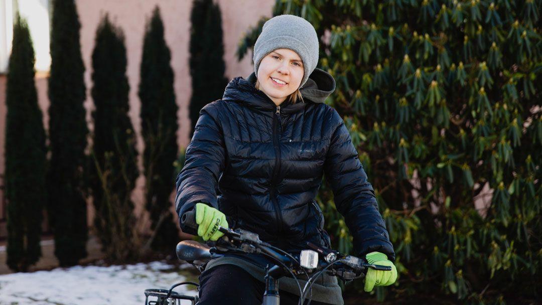 Jente sitter på sykkel ute
