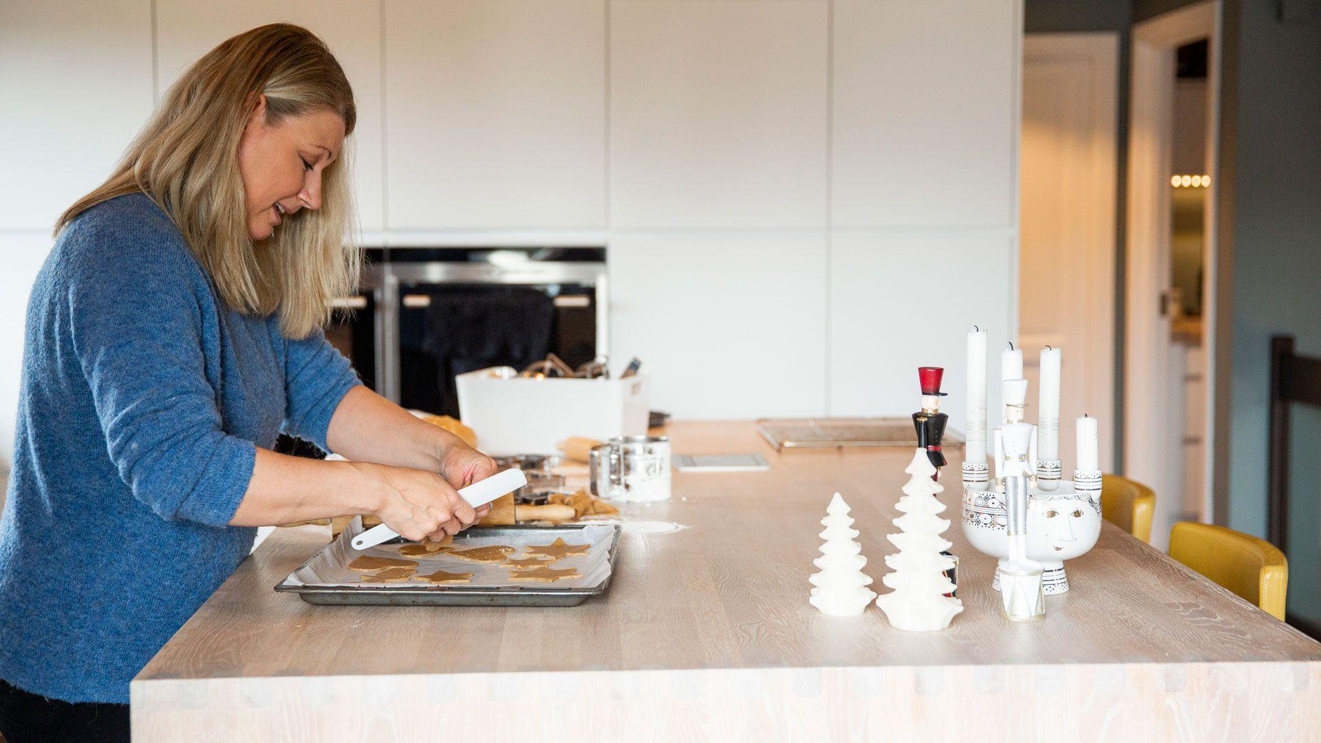 Helga Pettersen baker på grovkjøkkenet