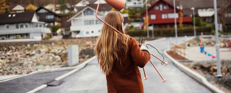 Dame bærer lampe på byggetomt på Maudland