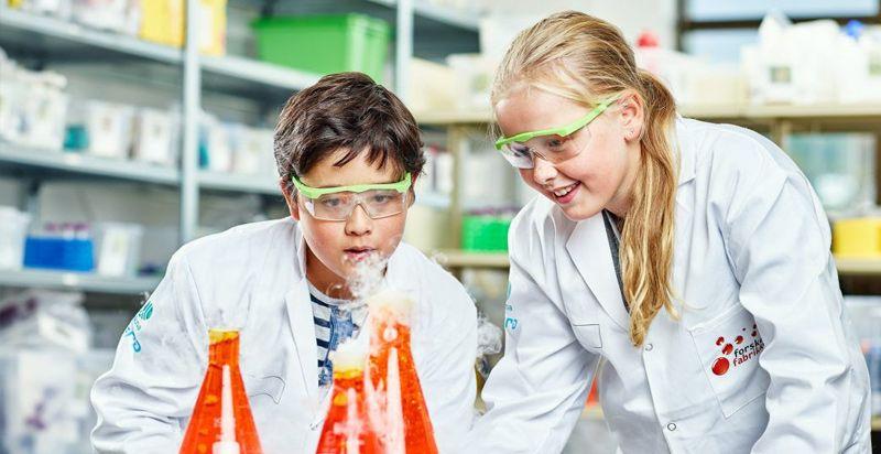 Barn som jobber med forskning på forskerfabrikken