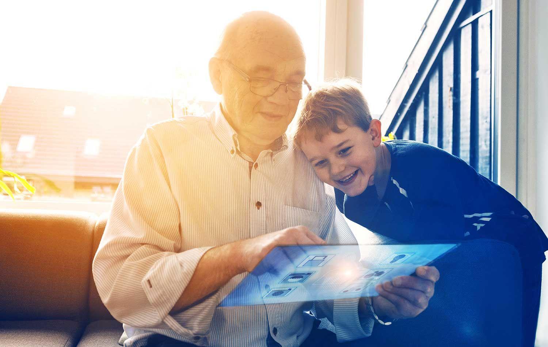 gammel og ung person ser på nettbrett