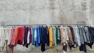klesstativ med klær i mange farger