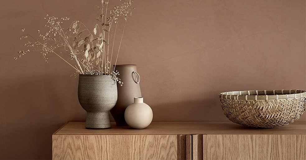 vaser står på en kommode