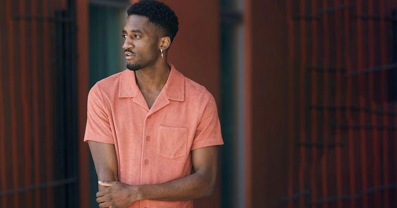 mann med rosa skjorte