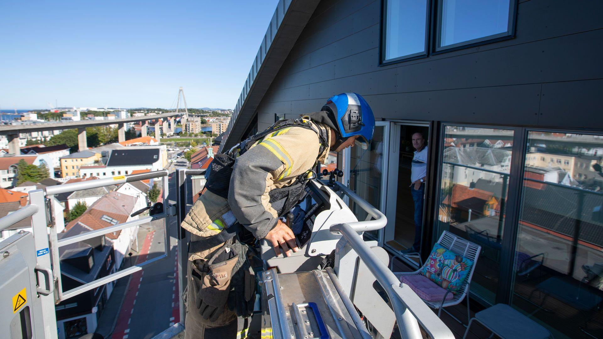Redning fra balkong i åttende etasje