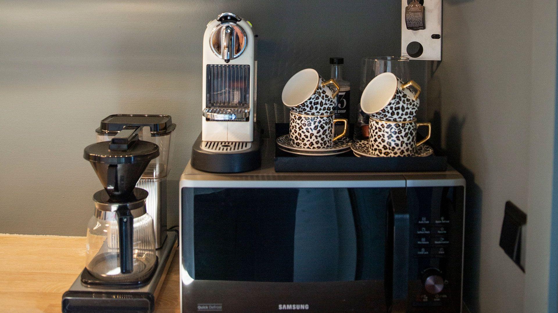Kaffekopper på kjøkken