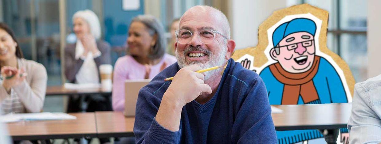 Mann i klasserom smiler