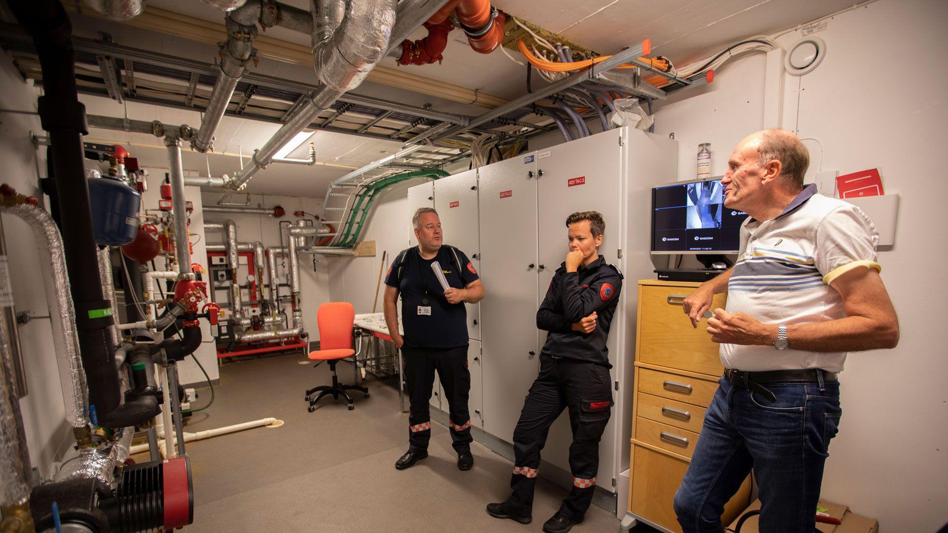 Brannvesenet på inspeksjon i teknisk rom