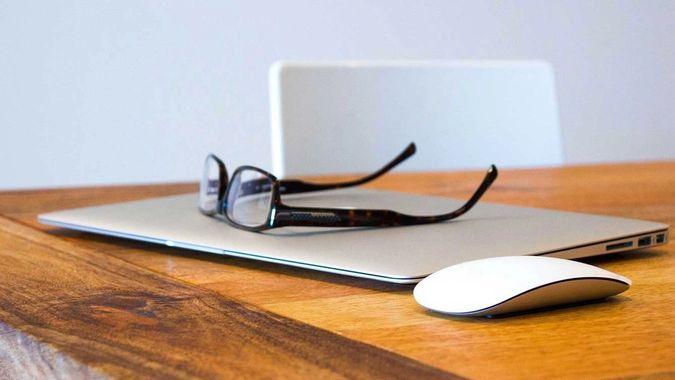 briller ligger på en bærbar pc