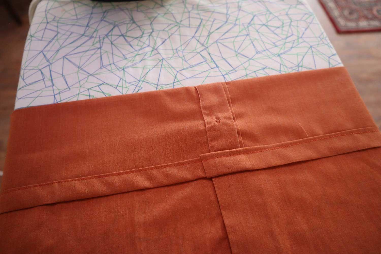 oppklippet herreskjorte på strykebrett