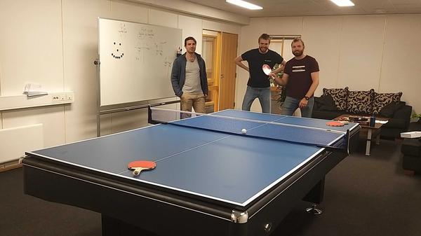 Tre ansatte er klar for et slag bordtennis