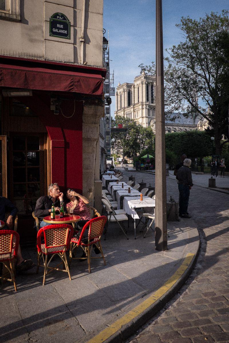 Straßenecke und Blick auf Notre Dame in Paris