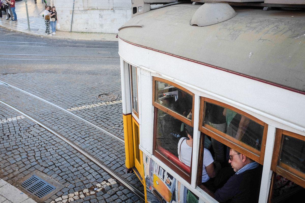 Alte Tram in Lissabon im Stadtviertel Bairro Alto
