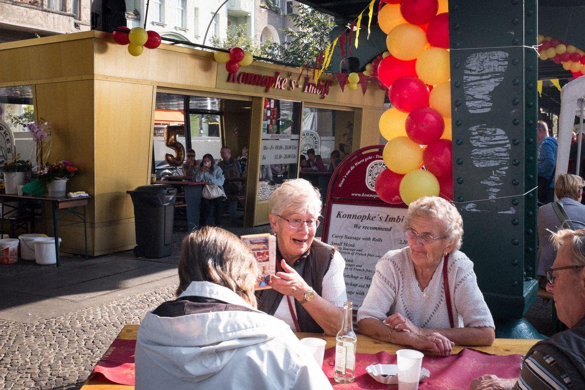Currywurst zum Jubiläum von Konopke an der Schönhauser Allee in Berlin