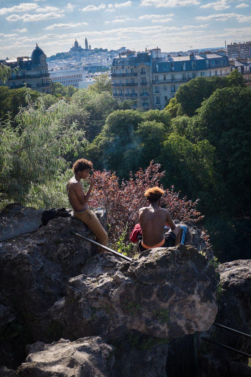 Jugendliche im Park mit Blick auf Sacre Coeur