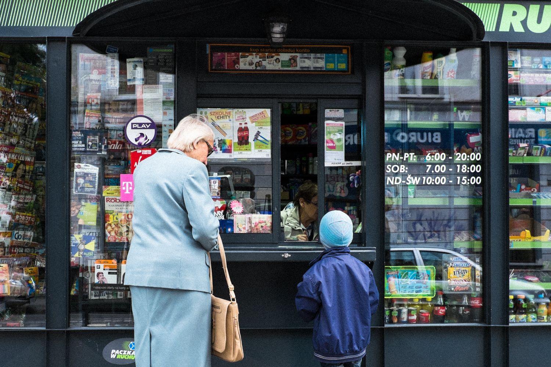 Oma und Enkel an Kiosk in Breslau