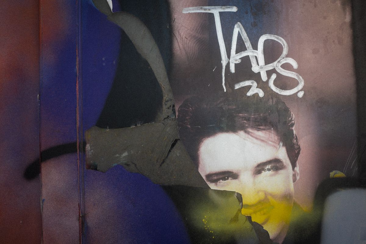Plakat mit Elvis an Club in Piräus