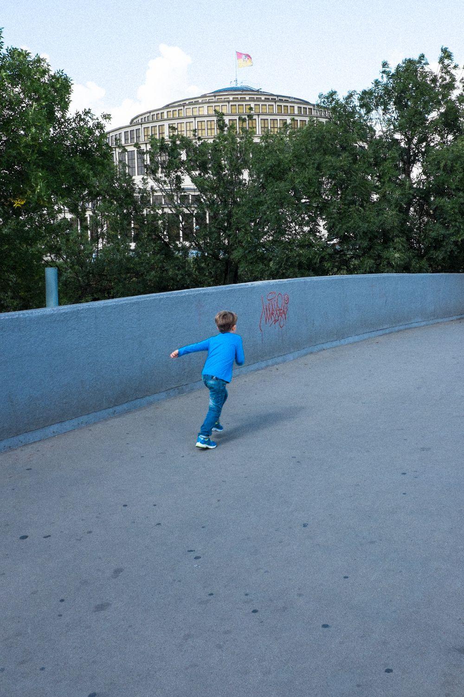 Kind vor dem Baudenkmal der Jahrhunderthalle in Breslau
