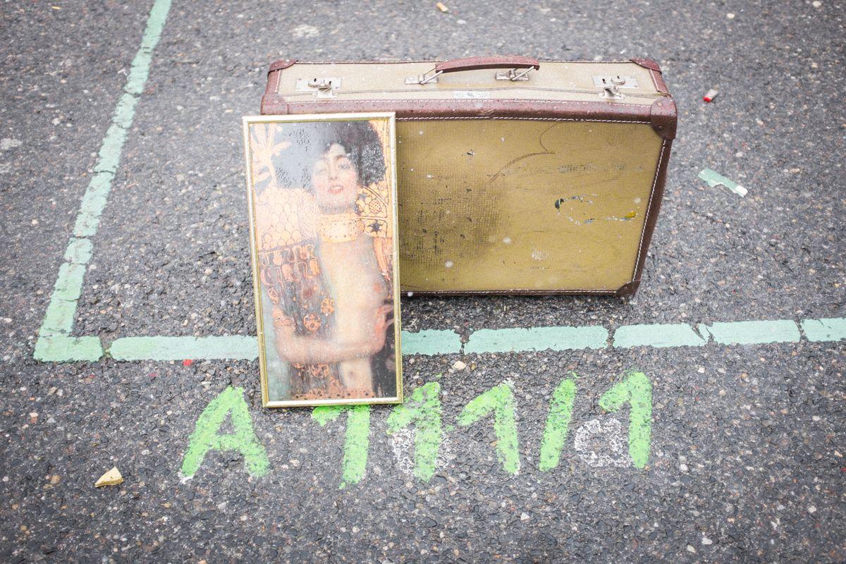 Koffer und Klimt Gemälde auf dem Flohmarkt in Wien
