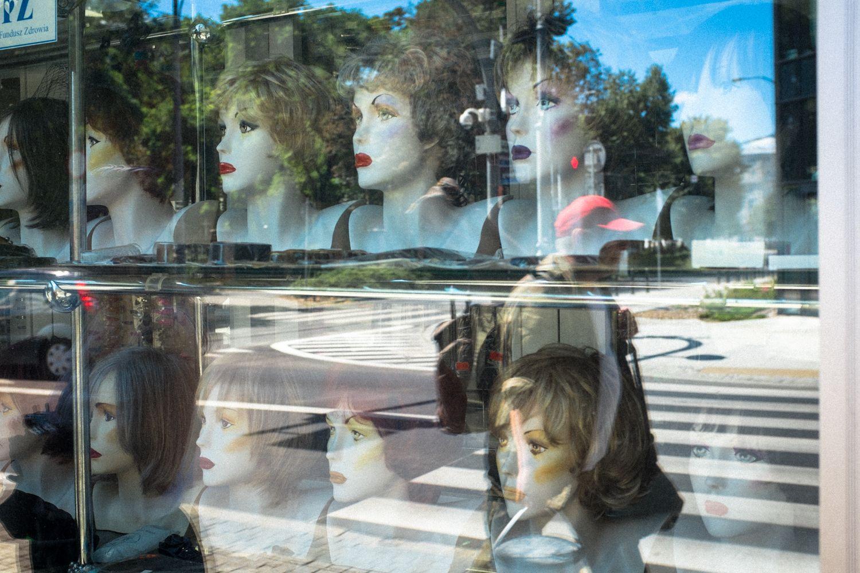 Reflektion einer Straßenszene im Schaufenster