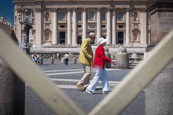 Ehepaar auf dem Petersplatz in Rom