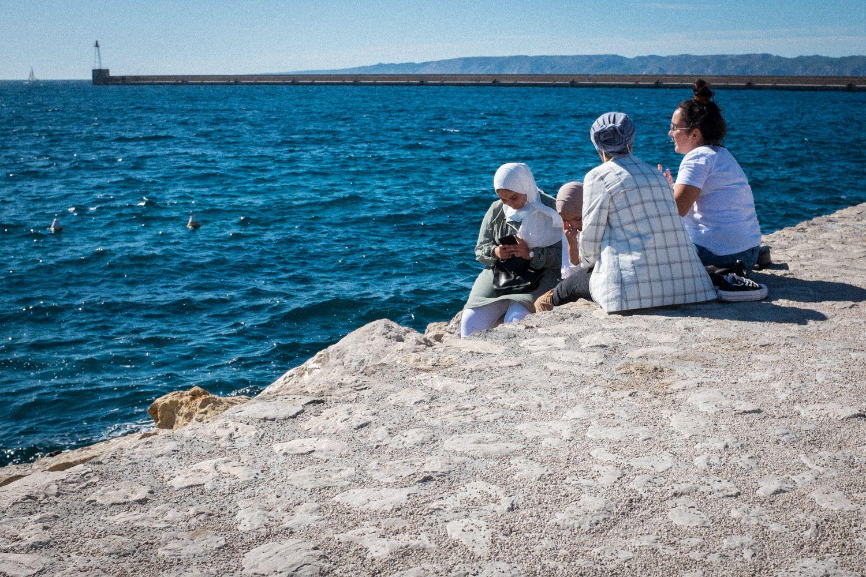 Frauen treffen sich am Hafen von Marseille und genießen den Ausblick auf das Mittelmeer