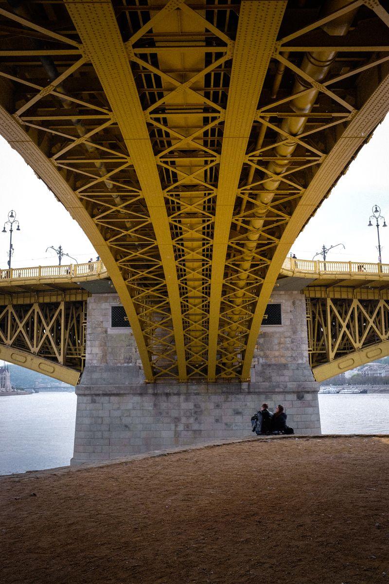 unter der Margaretenbrücke in Budapest