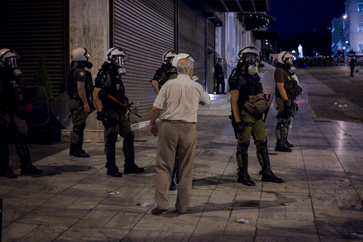 griechische Polizisten mit Gasmasken während der Demonstration auf dem Syntagma Platz in Athen