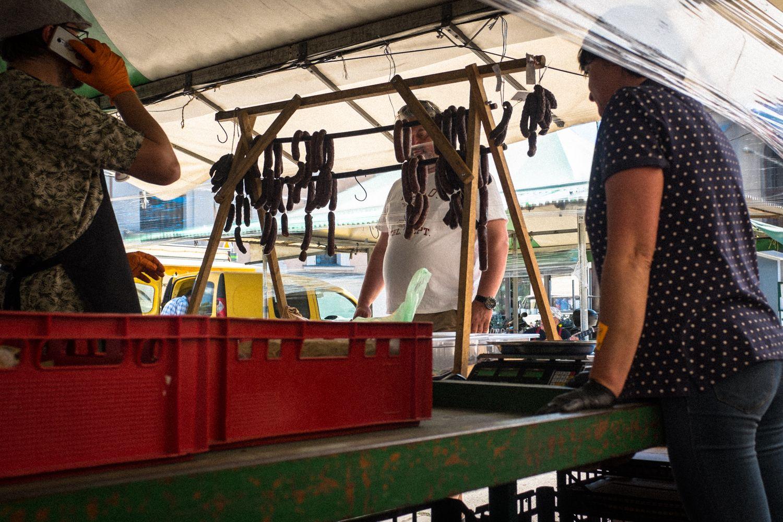 Wurstverkauf am Marktstand in Posen