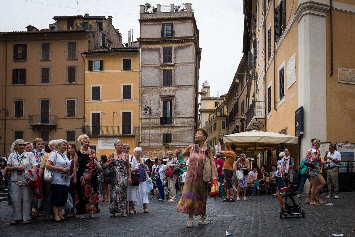 Touristin singt und tanzt vor dem Pantheon in Rom